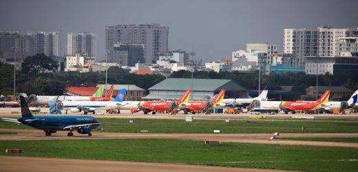 Covid-19 tái bùng phát, hàng không Việt trước nguy cơ mất cao điểm hè