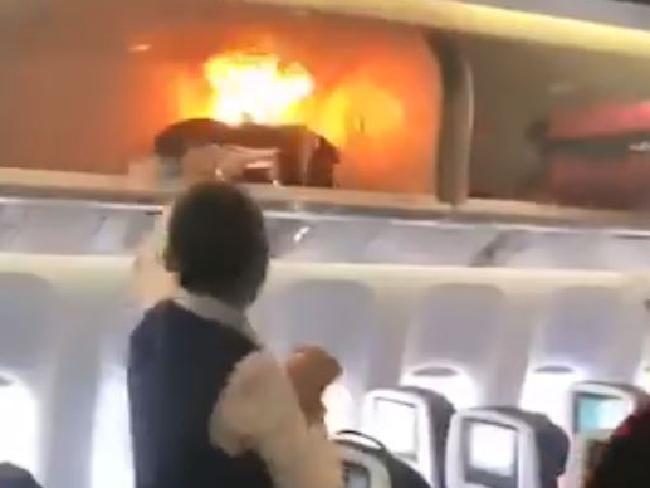 Hãng bay siết quy định đề phòng cháy nổ từ sạc dự phòng, pin lithium