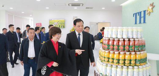 Bà Thái Hương nhận 3 chữ T từ Bộ trưởng Nguyễn Xuân Cường